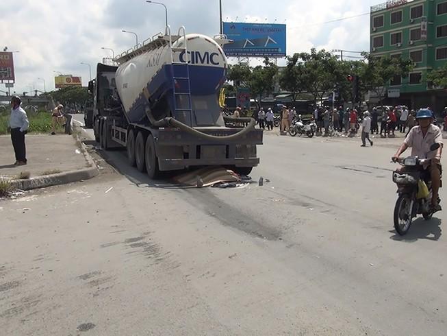 Xe đầu kéo va chạm với xe xe máy, 1 người chết