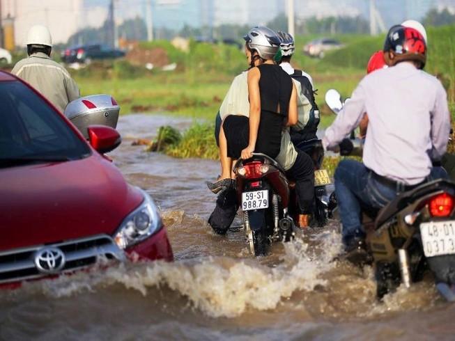 Nước chưa rút hết, người dân TP.HCM 'sống chung với lũ'