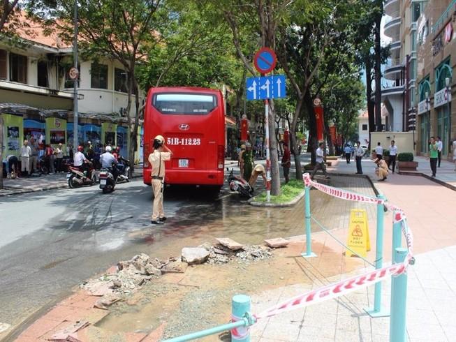 Xe chở khách nước ngoài gây tai nạn ở trung tâm Sài Gòn