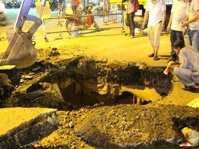 Hố tử thần sâu 7 m xuất hiện ngay giao lộ TP.HCM