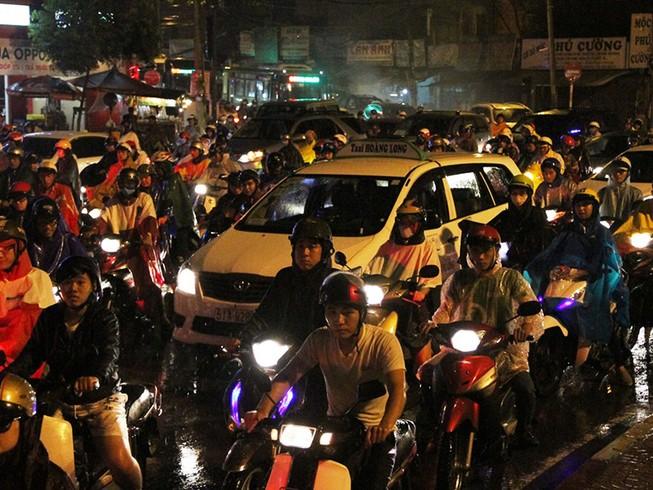 Ngàn phương tiện mắc kẹt dưới mưa khu vực Tân Sơn Nhất