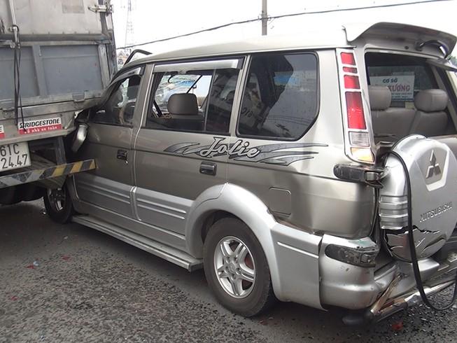 4 người kêu cứu trong ô tô bị xe container húc