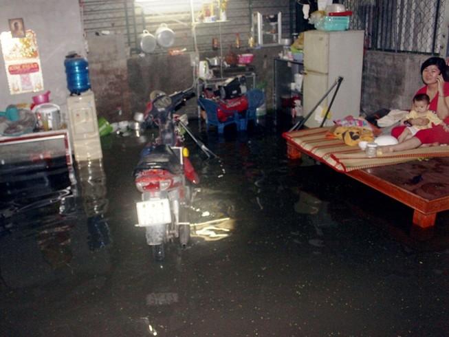 Nước lớn tràn bờ bao, hàng chục hộ dân quận 12 ngập