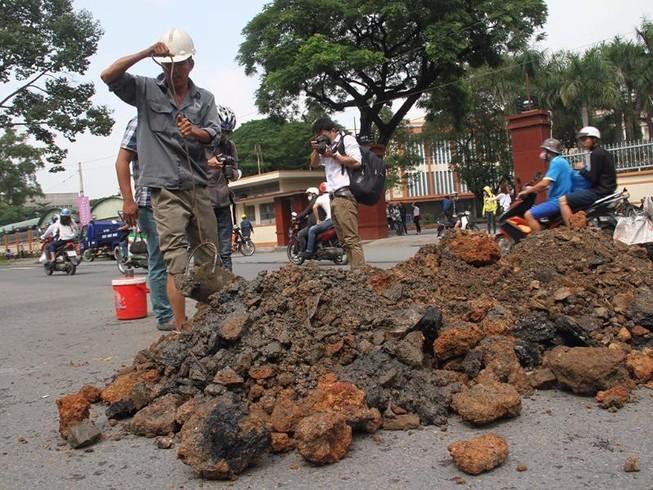 'Hố tử thần' xuất hiện ở trung tâm TP.HCM sau mưa lớn