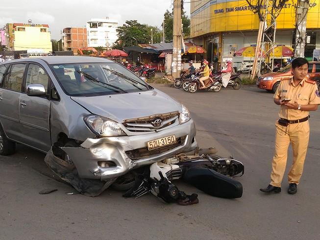 Xe Toyota Innova tông liên hoàn, 3 người bị thương