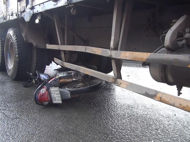 Người đàn ông mắc kẹt cùng xe máy dưới gầm xe tải