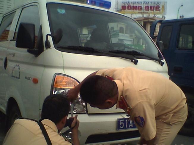 Xe cảnh sát va chạm xe máy, người đàn ông cấp cứu