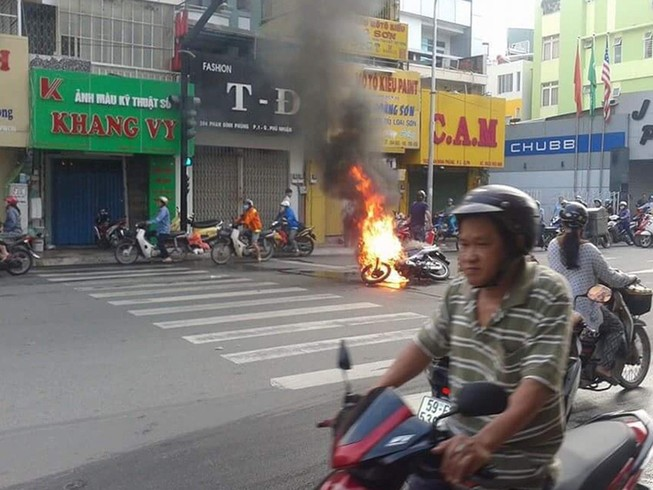 Xe máy bốc cháy khi chờ đèn đỏ, người đàn ông bỏ chạy