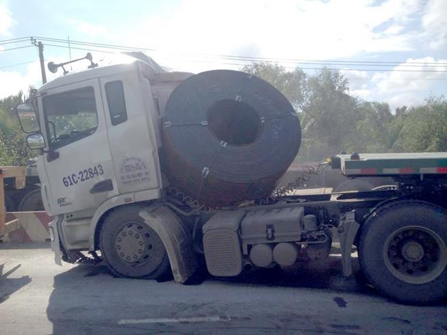 Container phanh gấp, cuộn thép hàng tấn đè bẹp cabin