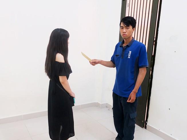 Nam thanh niên khống chế thiếu nữ trong toilet để cướp
