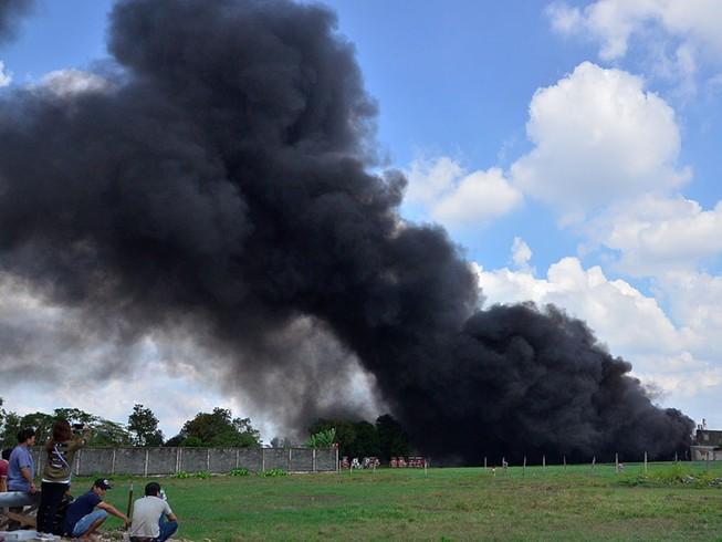 Xưởng mũ bảo hiểm ngàn mét vuông chìm trong biển lửa
