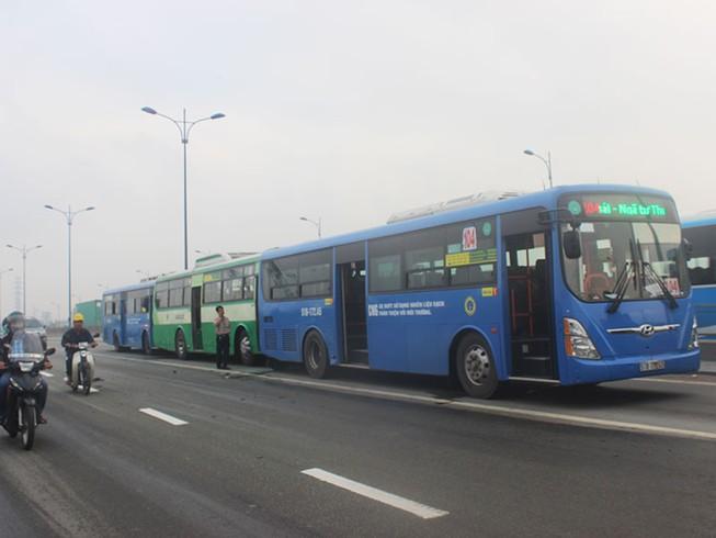 Trăm hành khách la hét trong 3 xe buýt tông liên hoàn
