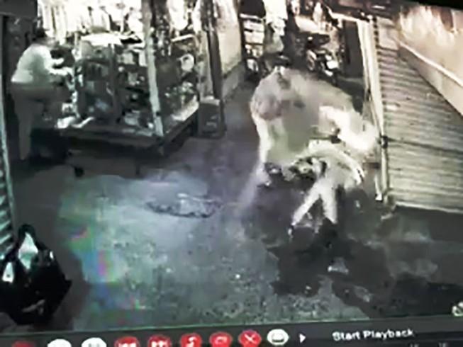 Nam thanh niên bị đâm trọng thương giữa chợ