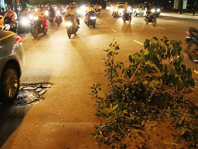 Hàng chục xe sụp hố, ngã tại cửa ngõ Tân Sơn Nhất