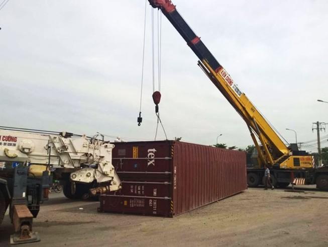 Thùng container 40 feet văng ra đường khi xe ôm cua