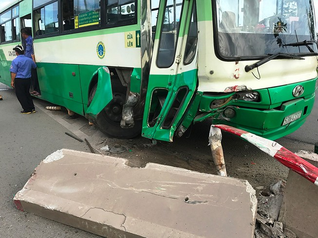 Hành khách la hét khi xe buýt tông dải phân cách