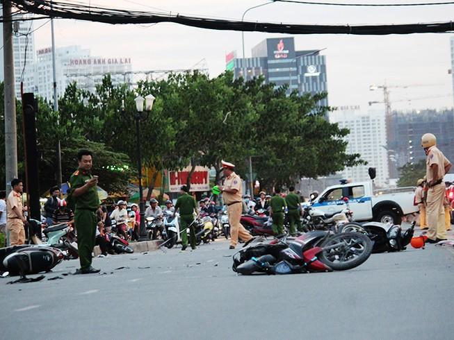 Ô tô 'điên' tông gần chục xe máy nằm la liệt trên đường