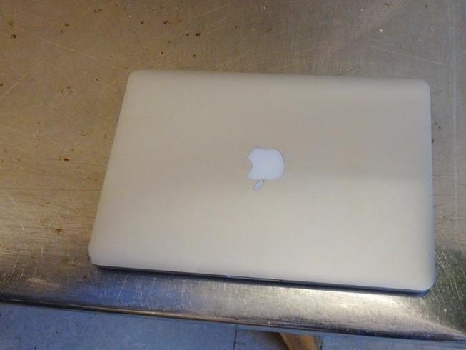 Bảo vệ vào phòng trọ trộm Macbook ở trung tâm TP