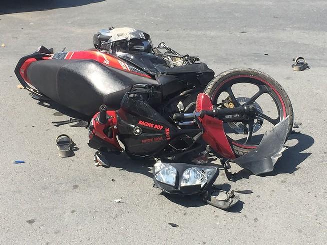 Va quẹt ô tô, vợ và em gái bị nạn trên đại lộ