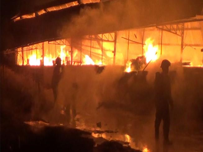 Xưởng mộc ở Hóc Môn bốc cháy dữ dội