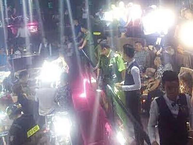 Cảnh sát cùng chó nghiệp vụ đột kích quán bar ở TP.HCM