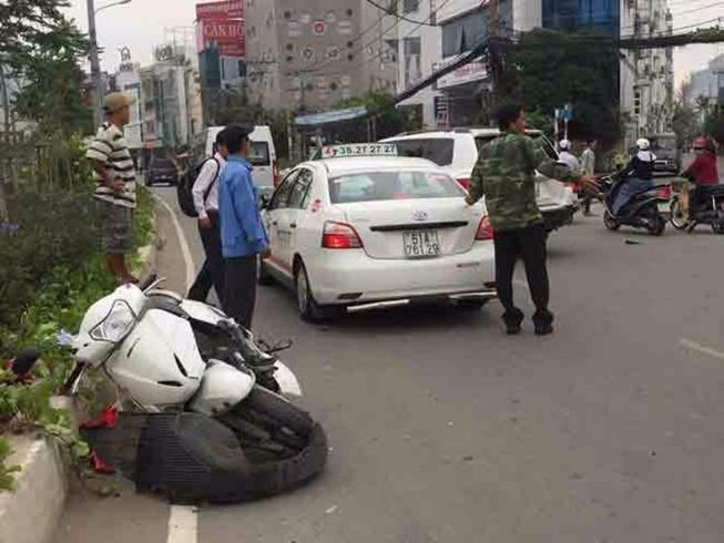 Chạy xe ngược chiều bị ô tô tông trọng thương
