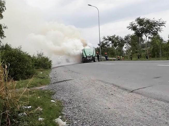 Xe container cháy ngùn ngụt khi đang chạy