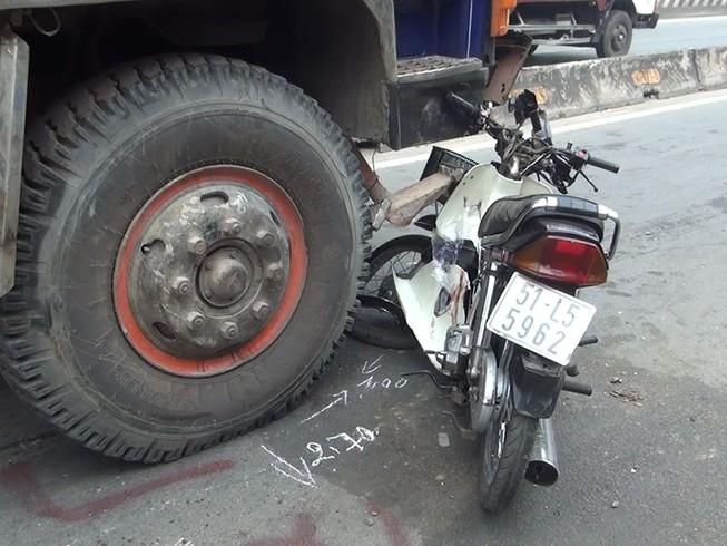 Cô gái bị ô tô tải cuốn vào gầm ở làn xe máy