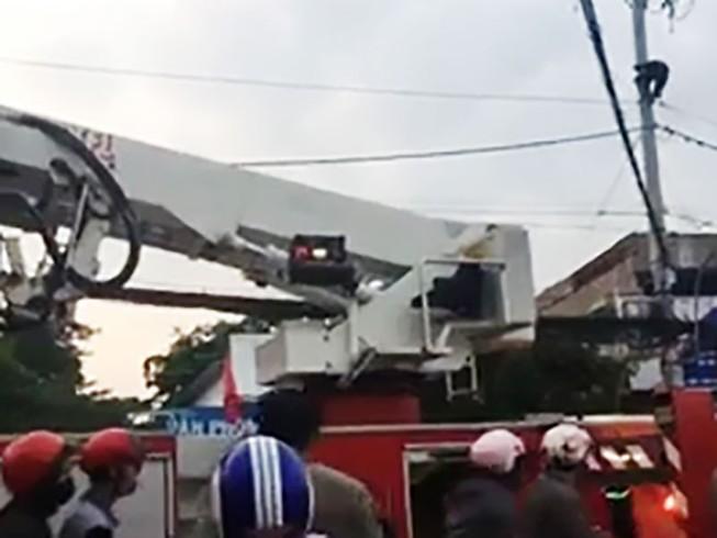 Cả chục cảnh sát giải cứu kẻ ngáo đá đu dây điện