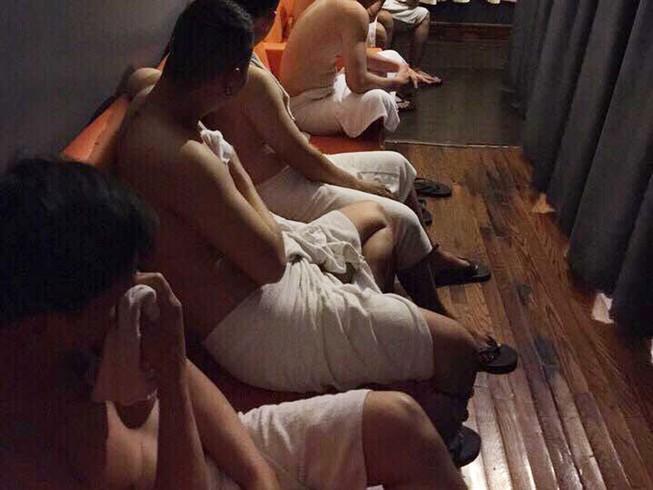Nhân viên nam tiệm massage kích dục cho khách