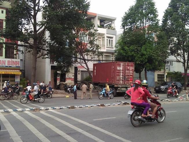 Container tông vào nhà 3 tầng trên đường Tên Lửa