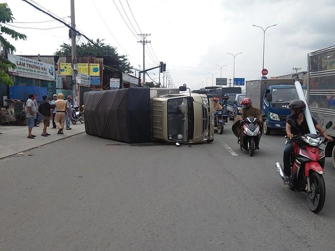 Xe tải bị lật trên quốc lộ 1 A, người dân tháo chạy