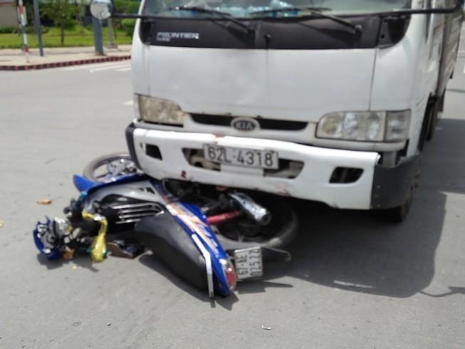 Băng qua giao lộ, người phụ nữ bị xe tải húc văng