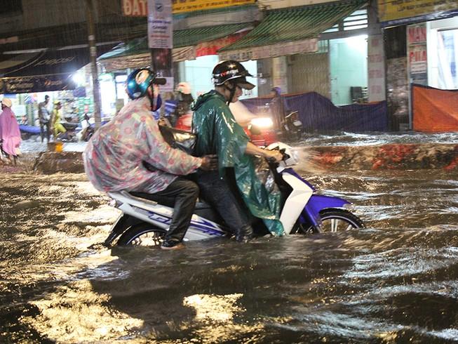 Mưa như trút nước, đường biến thành sông
