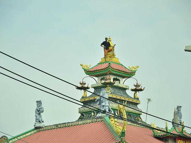 Nghi 'ngáo đá', thanh niên lên nóc chùa ở quận 8 cố thủ