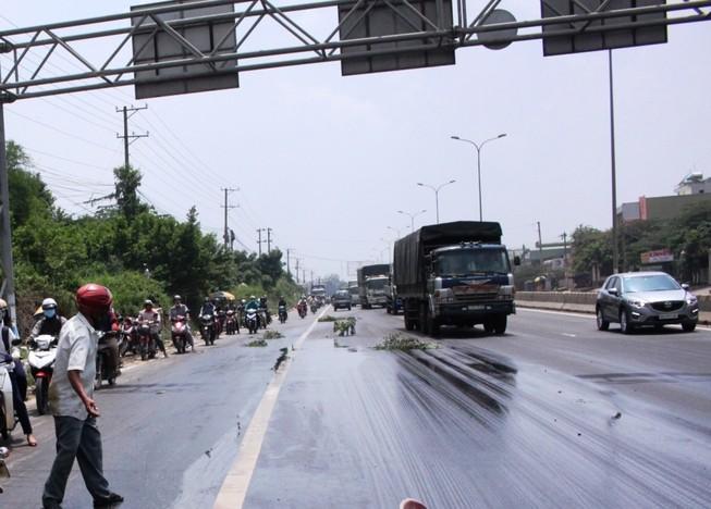 Dầu tràn trên đường, hàng loạt xe máy bị té ngã