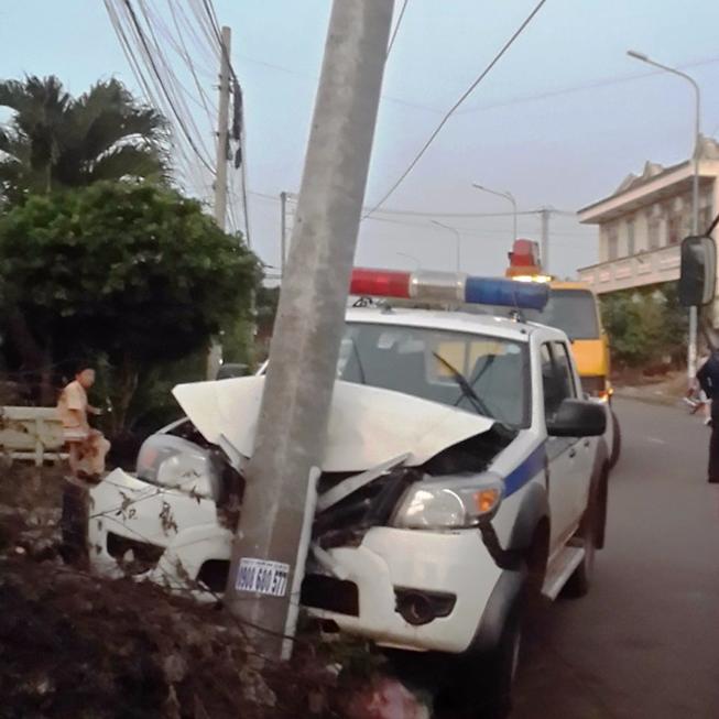 Truy bắt hai đối tượng trộm chó, xe CSGT đâm vào cột điện