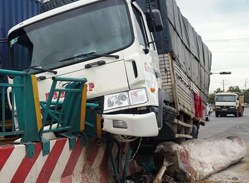 Xe tải nằm chênh vênh trên dải phân cách
