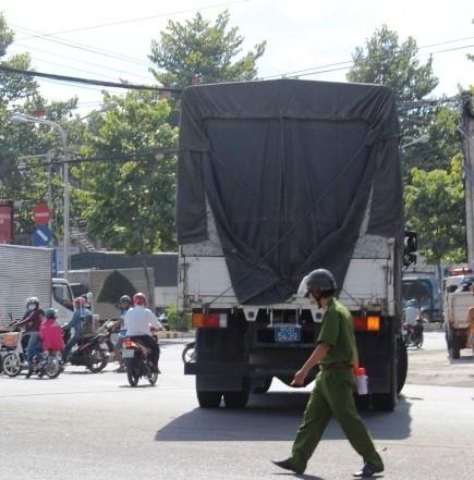 Xe máy va chạm với ô tô, hai nữ sinh bị thương