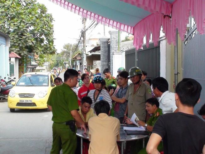 Thông tin tiếp vụ tài xế taxi lao xe vào đám giỗ, rút dao đâm người
