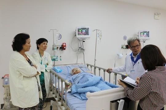 Lấy khối u nặng 13 kg khỏi bụng cụ bà 100 tuổi