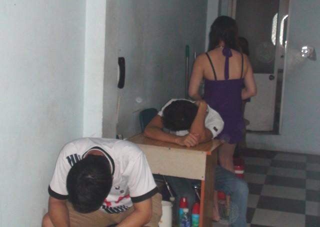 Bắt quả tang hàng chục nhân viên massage đang kích dục cho khách