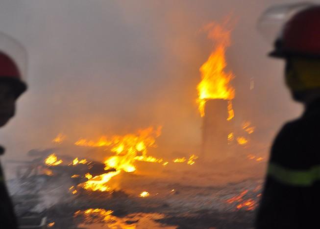 Cháy dữ dội: Hơn 8.000 m2 xưởng gỗ bị thiêu rụi
