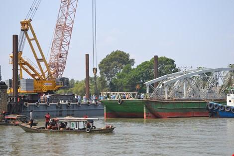 Sà lan lại va chạm với trụ công trình xây dựng cầu Ghềnh mới