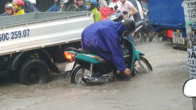 Biên Hòa: Hàng ngàn người bì bõm lội nước tìm đường về nhà