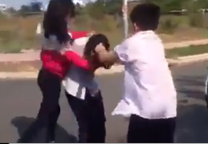 Lập hội đồng xử lý các học sinh trong hai clip nữ sinh bị đánh