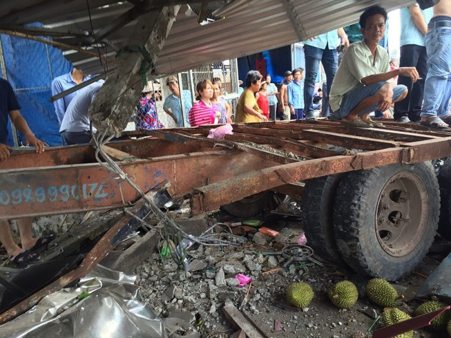 Rờ moóc bất ngờ bung khỏi xe kéo gây tai nạn nghiêm trọng