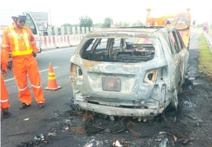 Xế hộp cháy rụi khi đang lưu thông trên đường cao tốc
