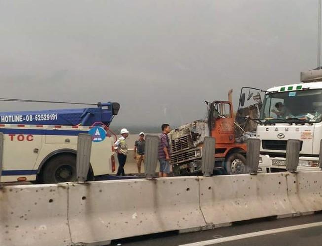 Cháy xe container trên cao tốc TP.HCM - Long Thành