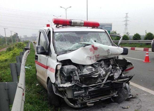 Xe cứu thương đâm xe bồn trên cao tốc, 1 người chết